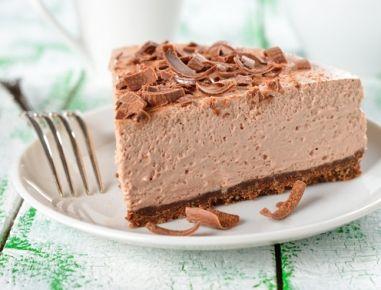 Für die Mousse au chocolat Torte ohne Backen zunächst den Boden vorbereiten.Dazu die Schokoladenkekse in ein Tiefkühlsackerl geben, verschließen
