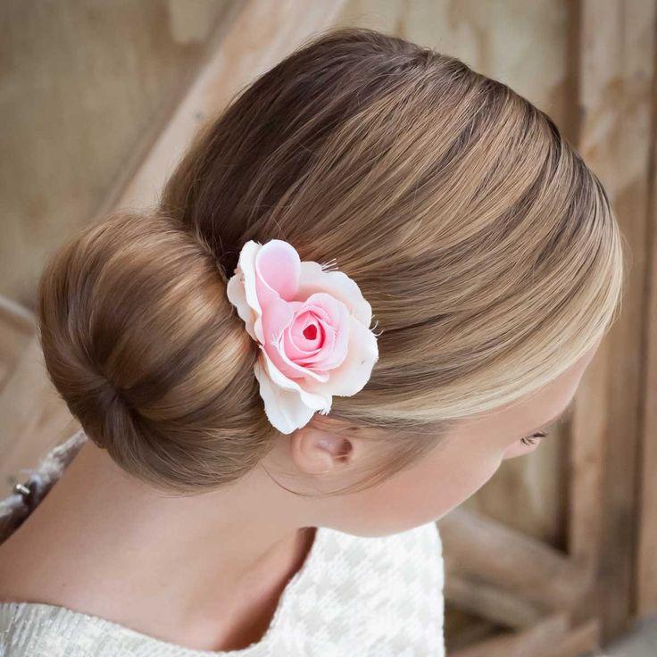 Волосы слегка распушить, боковые пряди аккуратно и симметрично отделить от общей массы и свернуть из них толстые жгуты