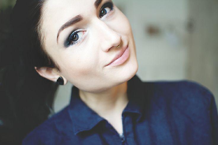 Angela von The3rdVoice trägt Air Optix Colors #Beauty #Styling