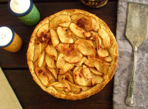 Apple, honey and cinnamon pie | Food From Portugal. A delicious pie, refreshing and with excellent presentation, confectioned with apple, brown sugar, lemon juice, cinnamon and honey. http://www.foodfromportugal.com/recipe/apple-honey-cinnamon-pie/