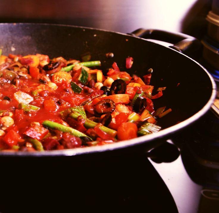 Mireille eet plantaardig en maakte voor mij deze vegetarische én vegan paella. Ze gebruikt zeewier om de smaak van vis te vervangen.