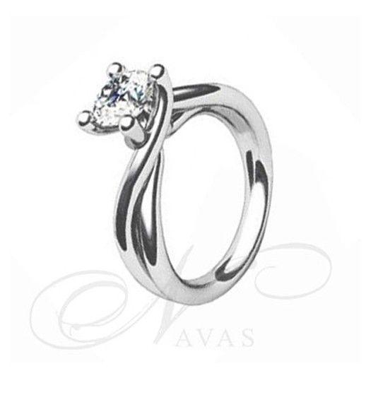 """El solitario modelo ISIS es un solitario de diamantes en oro blanco o amarillo de Primera Ley, y, muy habitualmente, se fabrica en platino para los tamaños de diamantes más elevados en quilataje. Es una joya con un diseño de los denominados """"entorchados"""", en el que el diamante sujeto por cuatro garras aparece recto con respecto al giro del brazo. Es un anillo de diamantes original, perfecto para un regalo especial."""