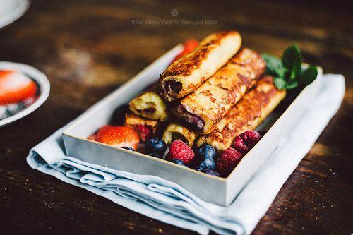 Zrolowane tosty francuskie.