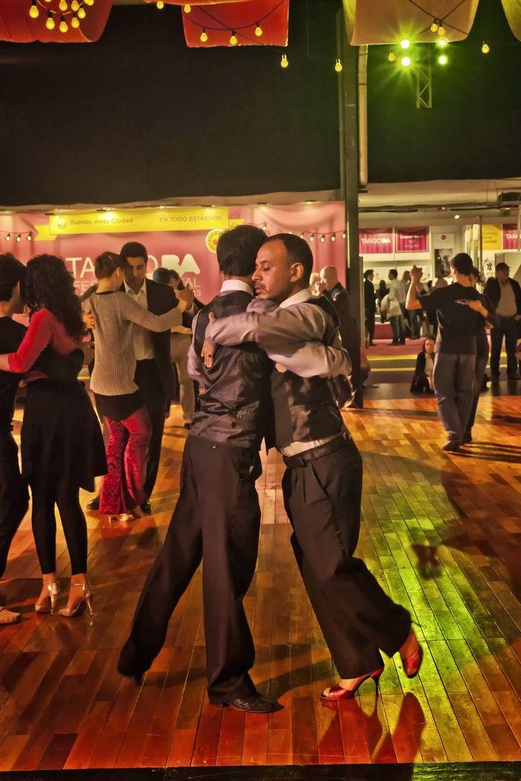 #Tango. Pareja de Hombres. Bailando en la pista auxiliar- no competitiva-del Festival y Mundial de Tango 2013, Buenos Aires, Argentina.