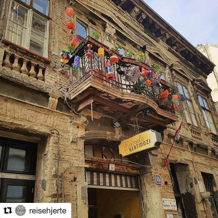 Ruin-barene i #Budapest. #reiseliv #reisetips #reiseblogger #reiseråd  #Repost @reisehjerte with @repostapp  Beste tips for søndagsmorgen i Budapest: Bondens marked på Szimpla. Dette er en av de berømte ruin-barene i Budapest og er vanligvis fylt av partysugne unge mennesker og turister. Søndag morgen er det imidlertid fyllt av lokale spesialiteter fra lokale produsenter. En av mine favoritter var den røkte osten!  #szimplakert #søndagsmarked #Budapest #Ungarn #reisgrønt #grønnereiser…