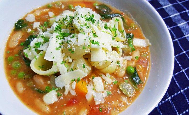 Minestrone met o.a. aardappelen, cannelloni bonen, wortelen, courgette, spinazie en pasta #recept #koken #diner #food #soep #eten