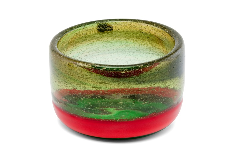 ** Kaj Franck 1911-1989 A BOWL.  Signed K. Franck, Nuutajärvi Notsjö. Green and red glass. Diameter 14 cm.