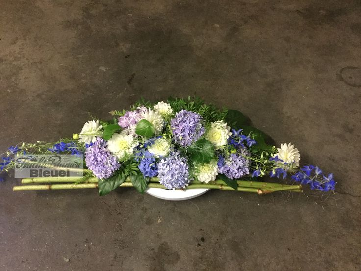 Gesteck mit blauen Hortensien