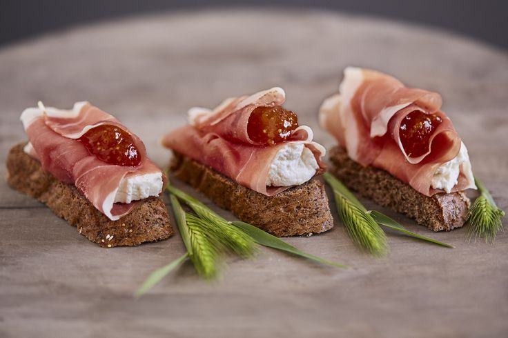 Crostini con Prosciutto Crudo, Formaggio spalmabile e composta di fichi / Crostini with Cured Ham, creamy cheese and figs marmelade #SalumiPasini #lunch #salumi #charcuterie