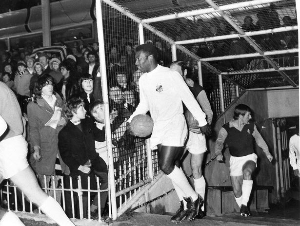nice The night Brazilian legend Pele lit up Villa Park as the floodlights failed Check more at https://epeak.info/2017/02/22/the-night-brazilian-legend-pele-lit-up-villa-park-as-the-floodlights-failed/