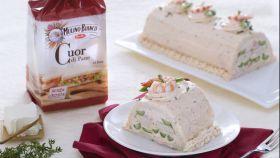 Tronchetto salato con mousse di salmone, asparagi e mazzancolle