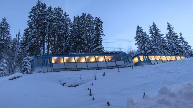 KONTROVERSIELT TILTAK:  Det sveitsiske firmaet Rigi Bahnen kommer til å sette opp spesialtog for kinesere til høsten. Her beveger et helt ordinært tog seg nedover fjellet i 2013. Foto: Gaetan Bally/KEYSTONE