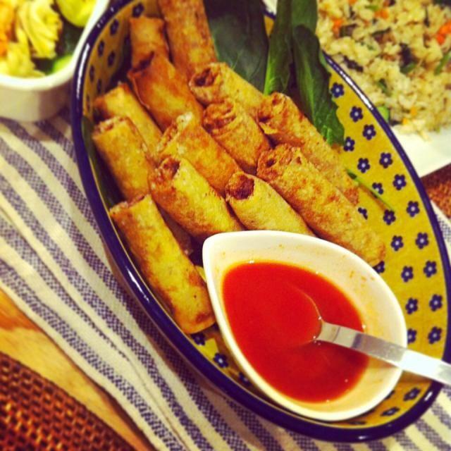 フィリピンの春巻き、ルンピアは中華の春巻きとはまた違って少しエスニック。 お酒のおつまみにも、ご飯のおかずにも合う。 細く巻いて揚げると美味しい。 - 120件のもぐもぐ - フィリピンの春巻 ルンピア by raycheal