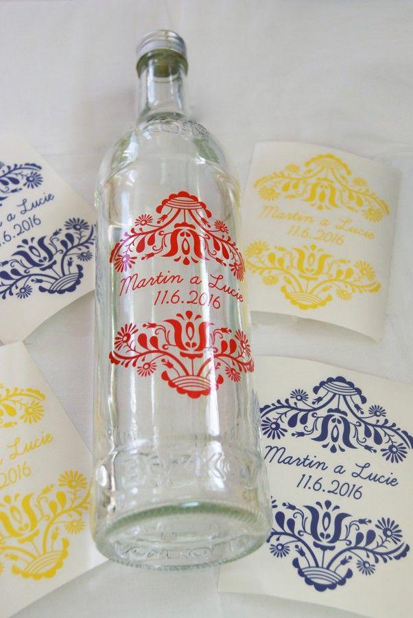 Nálepky na lahve od vína na výslužku pro hosty s folklorním motivem.