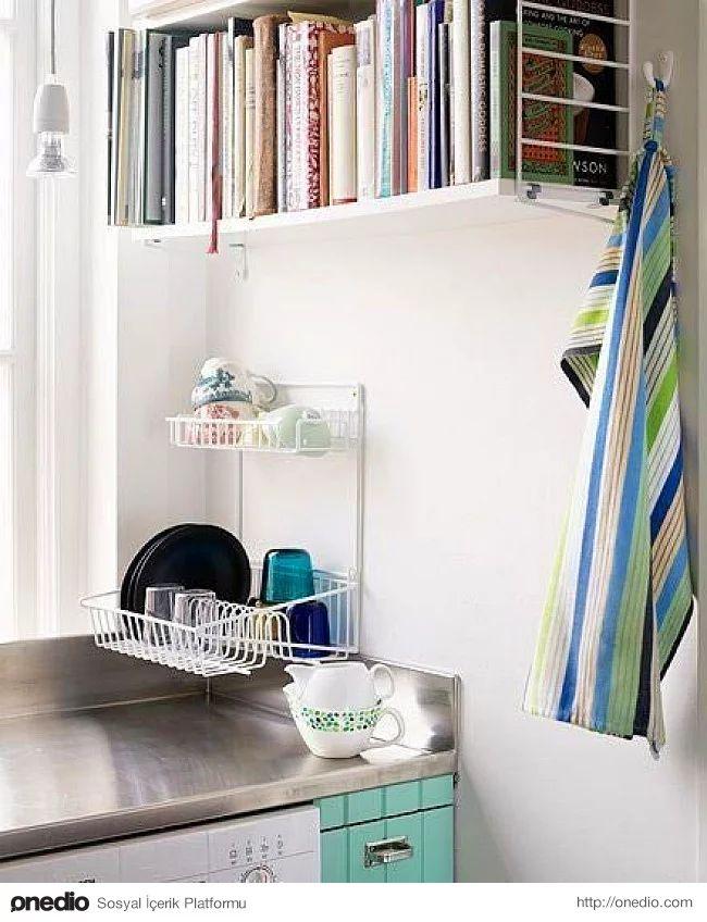 Yemek kitaplarınız ve tarif defterleriniz fazla yer kaplamasın istiyorsanız mutfağınızda da kitap rafları kullanabilirsiniz.
