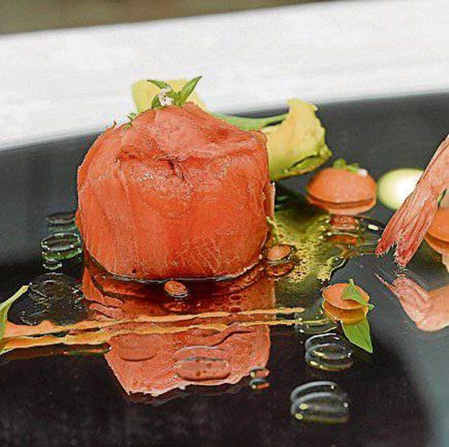 Salmón relleno de cangrejo y aguacate. Este delicioso plato que funciona estupendamente como centro de mesa lo puedes preparar para cualquier celebración.
