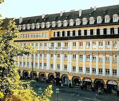 Dallmayr - Einmal sehen, wo die Werbung gedreht wurde. Innen sieht es ein wenig anders aus. Direkt am Marienplatz.  repinned by www.parkett-direkt.net