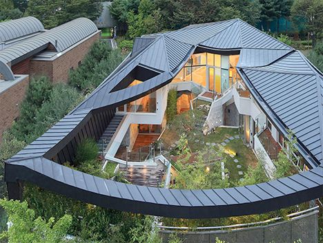 Modern Secret Garden House. Each of the interior rooms has direct access to the outside, whether through terraces or glass walls that open to the air. Connection to the garden and all of its greenery is always maintained and emphasized