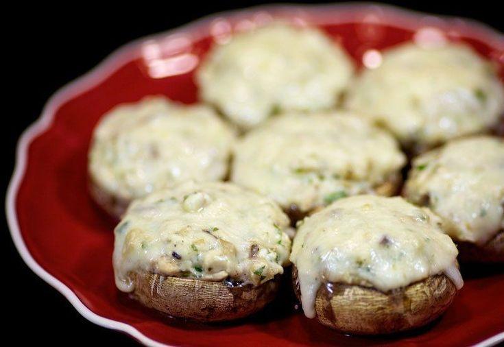 Фото к рецепту: Шампиньоны с курицей и сыром