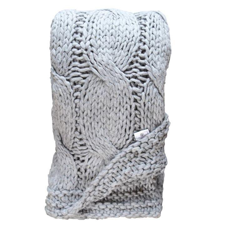 Grovstickad ljusgrå färgad pläd med ett flätat mönster. Material: Ullblandning (60% ull och 40% acryl) Storlek: 130x190cm Tvätt: Skontvätt 30% eller Kemtvätt, Plantorkas.