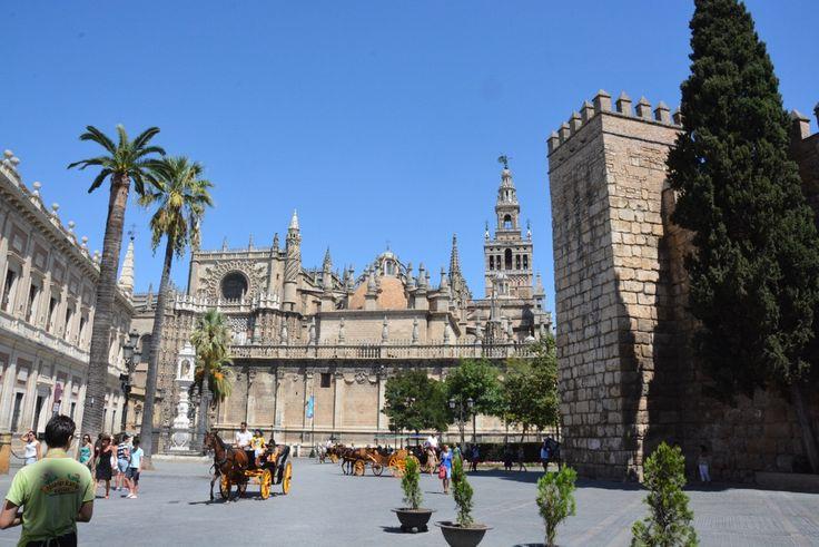 """Sevilla - mesto Dona Juana, Carmen a Figara.  Ak si z rozprávkovej Andalúzie vyberiete práve toto mesto, učaruje vám. Ak ju máte """"v balíku"""" s Rondou, Cordobou, nedajbože Granadou…, potom to má """"dievča"""" ťažké…"""