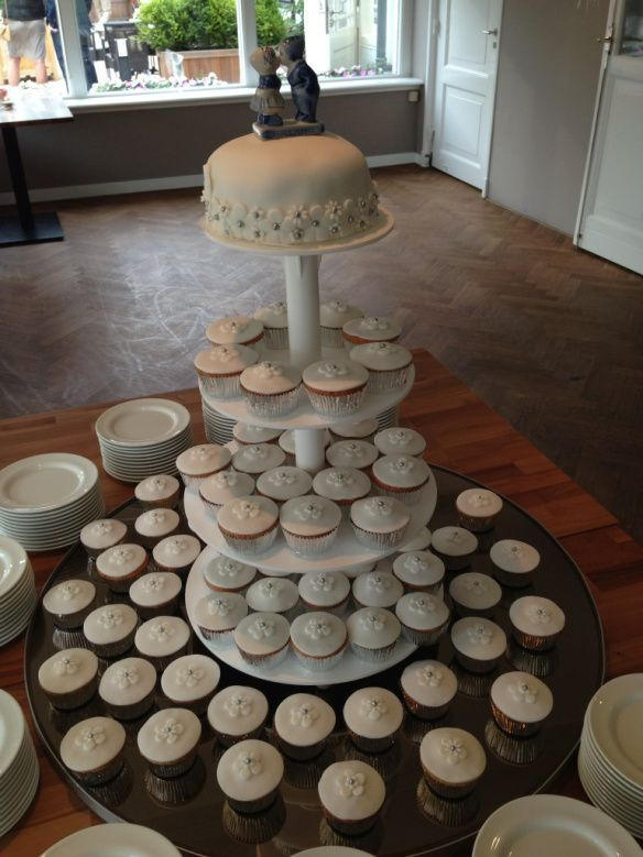Wedding cupcakes with mini cake to cut together!