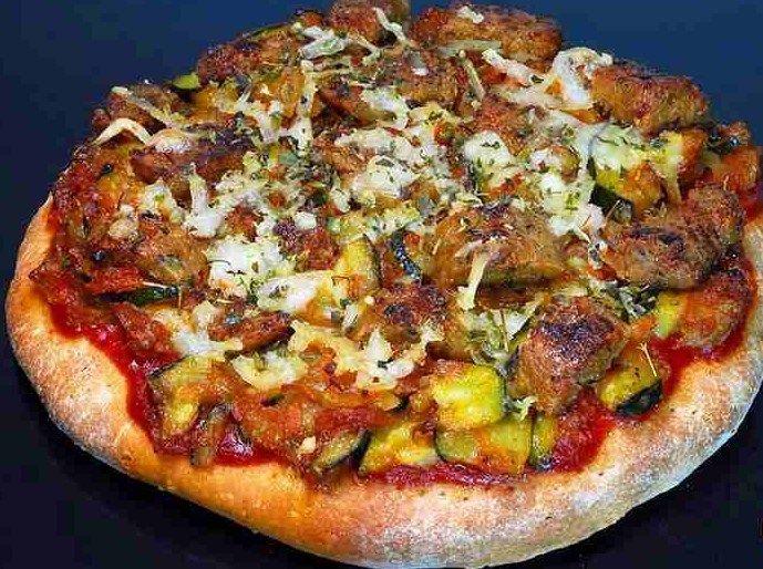 Pizza con salsiccia e verdura.In questa ricetta abbiamo combinato alcuni salumi gustosi stile tedesco, con verdure fritte