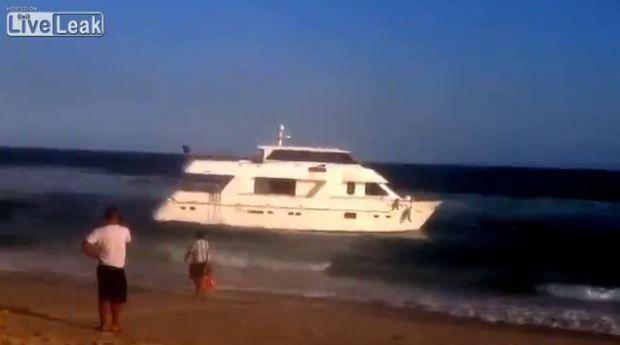 VIDEO - pillage d'un yacht échoué au Brésil