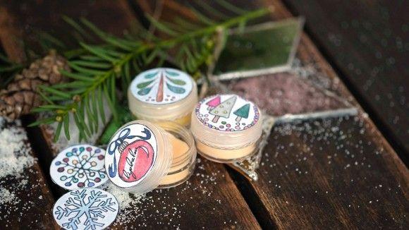 Hier gibt es Rezepte für einen DIY Lipbalm mit passenden gratis Etikettenvorlagen zum Download. Lippenbalsam selber machen? Nichts leichter, als das!