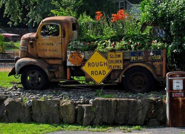 Delicieux Old Truck With Flower Bed
