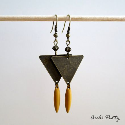 Boucles d'oreilles graphique bronze - triangle - sequin émaillé jaune - Archi Pretty made in Lille