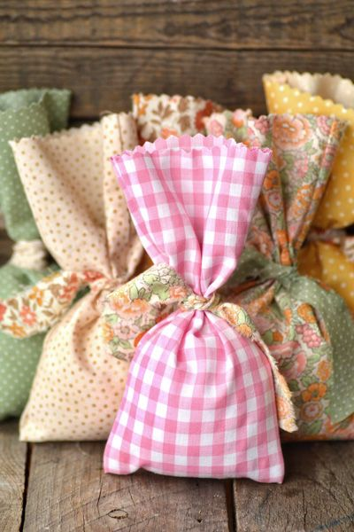 Make adorable no-sew fabric favor bags for your rustic wedding. Tutorial with easy to follow instructions.