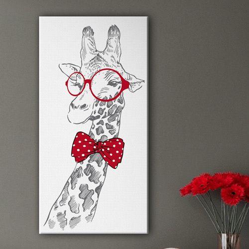 Joli tableau d'une girafe aux lunettes rondes rouges et au noeud papillon assortis. Illustration dessinée au trait gris imprimée sur toile montée sur châssis. Déco originale pour chambre d'enfants.