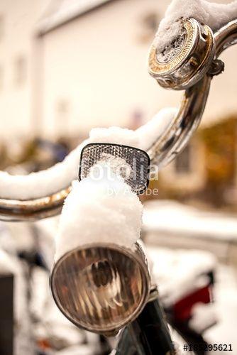 """Laden Sie das lizenzfreie Foto """"Fahrrad angeschneit"""" von Photocreatief zum günstigen Preis auf Fotolia.com herunter. Stöbern Sie in unserer Bilddatenbank und finden Sie schnell das perfekte Stockfoto für Ihr Marketing-Projekt!"""
