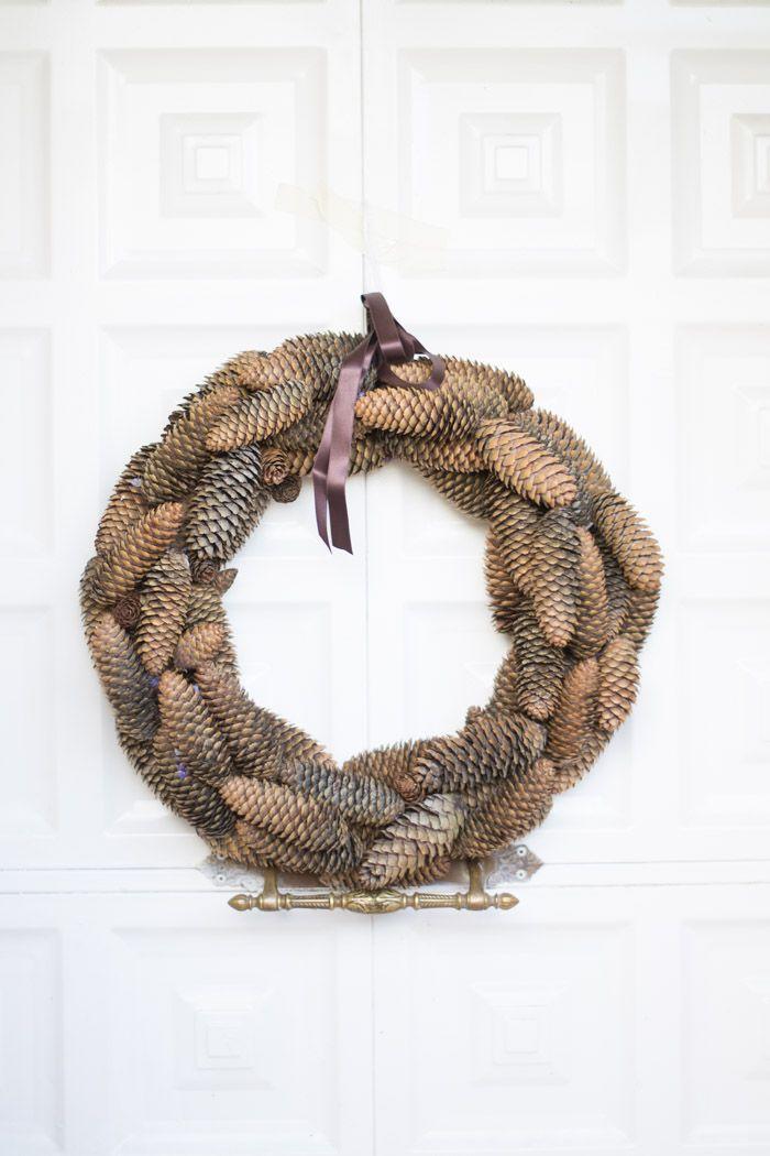 C mo hacer una corona de pi as via la chimenea de las - Como hacer coronas de navidad ...