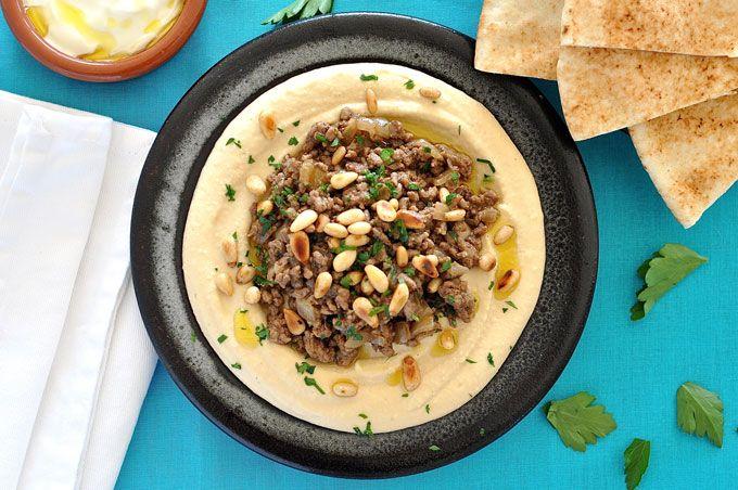 ちょっと手を加えたハモス(Hummus) ‐ ハモスの上にスパイスの効いた羊肉のひき肉を散らしたものです。ピタブレッドやレバニーズブレッドで食べると本格的。