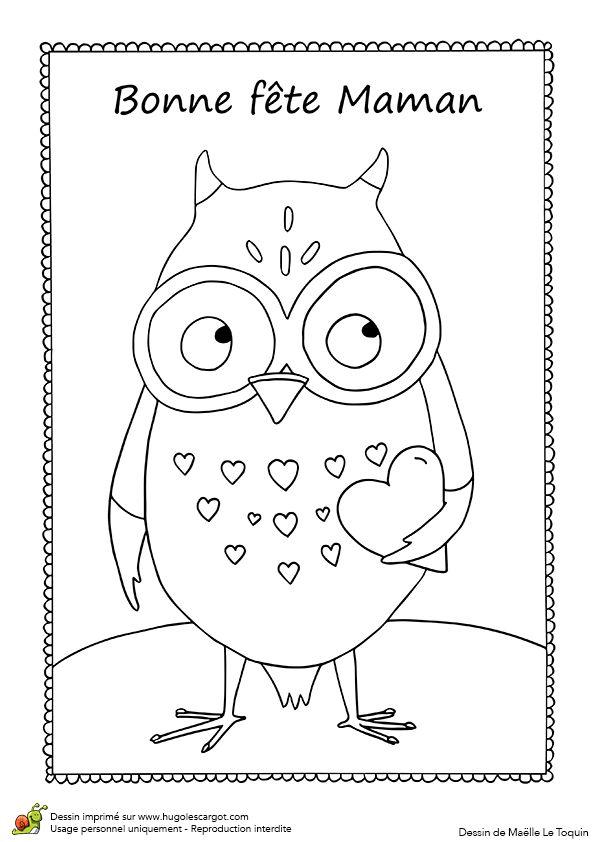 Une carte à offrir pour la fête des mères avec un hibou qui tient un cœur, à colorier