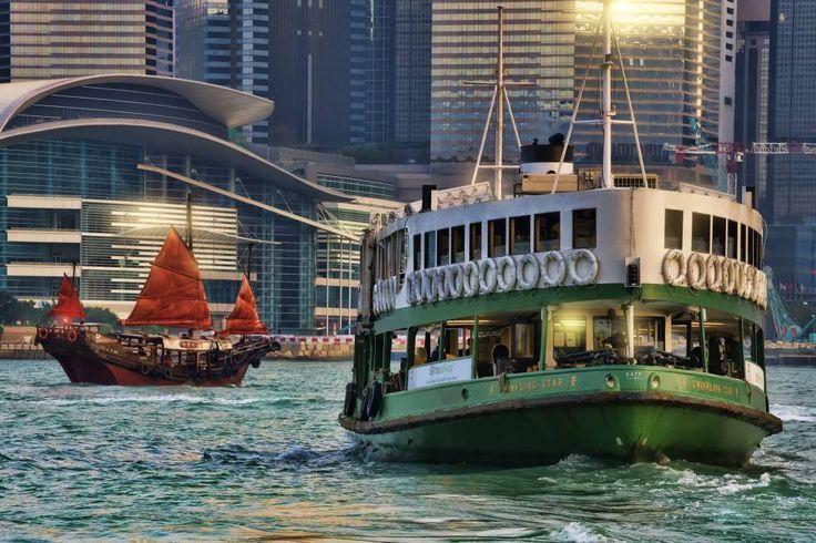 La legendaria flota de embarcaciones diésel-eléctricas, con nombres como 'Morning Star' y 'Twinkling Star', es una forma fantástica de dar un paseo por las aguas del puerto de Victoria. El trayecto de 10 minutos, con magníficas vistas del perfil urbano de rascacielos y las montañas al fondo, cuesta solo 2,50 dólares hongkoneses (27 céntimos). La compañía fue creada en 1888 por un farsi (persa) de Bombay como alternativa a los tradicionales juncos. La estrella de cinco puntas del logotipo es…