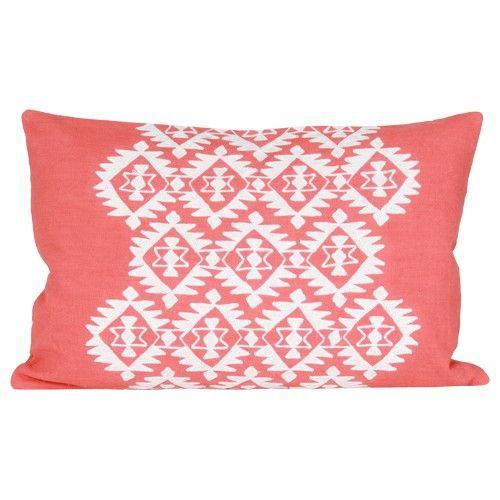 Deze kleurrijke kussens met geborduurd exotisch patroon geven een vrolijk en zomers tintje aan je huiskamer.