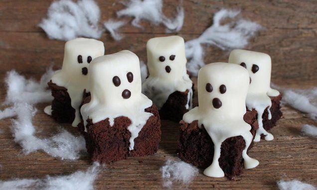Wooooeeeheee wie durft deze spookje te maken? Je maakt deze #spookjes van #brownies en marshmallows. Een #stoere #kindertraktatie of voor een #Halloween feestje. Klik op de afbeelding voor het #recept.
