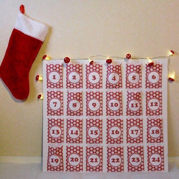 Calendrier de l'Avent fait-maison avec une guirlande lumineuse champignons rouge et blanc, chaussette de Noël ! #mamannougatine #calendrieravent #calendrier #avent #chaussette #diy #faitmaison