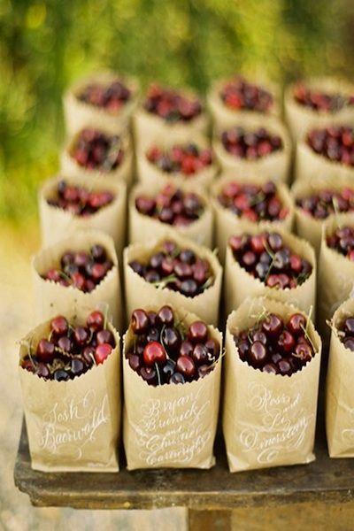 Los souvenirs comestibles marcan cada vez más tendencia y estas cerezas son perfectas para un casamiento al aire libre y rústico.