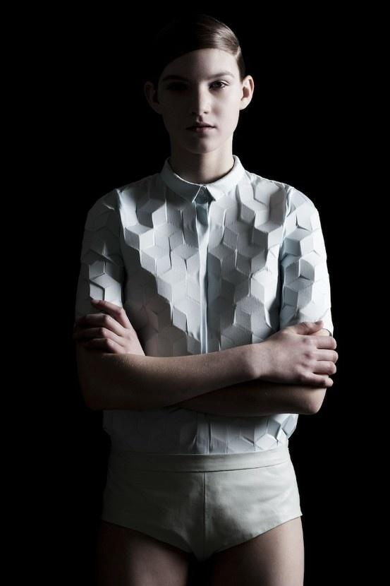 """PLI  collection automne hiver 2011 """" digitalized""""   Alba Prat laine, cuir, coton, laque"""