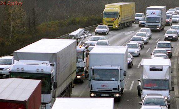Tah z Polska okupují kamiony. Změnit to mají kamery a digitální cedule