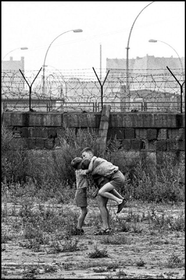 emotional vintage photos of children playing at the berlin on berlin wall id=43867
