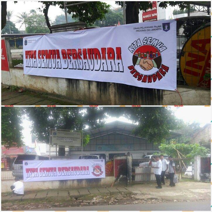"Spanduk ""Kita Semua Bersaudara"" terpasang didepan kantor UPPD Ciracas"