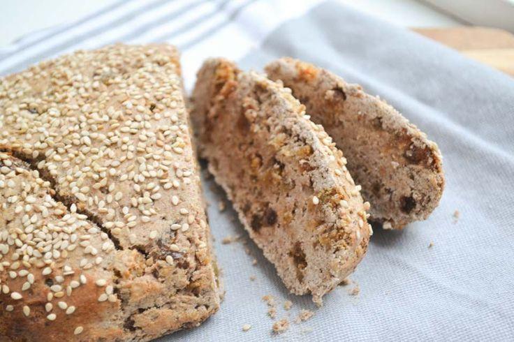 Mueslibrood met Boekweitmeel & Rozijntjes voor één broodje met ongeveer 1o plakken  100 gram boekweitmeel 50 gram kastanjemeel 50 gram speltmeel (of speltvlokken voor een grover resultaat) 1 groot ei (+ 1 om te bestrijken) 1 rijpe banaan een handje noten naar keuze, grofgehakt 50 gram rozijnen 50 gram moerbeien (deze kun je ook weglaten of vervangen door nog meer rozijnen) een eetlepel sesamzaad (of maanzaad, of pitjes naar keuze) 2 theelepels wijnsteenbakpoeder 1 theelepel kaneel 1 snuf…