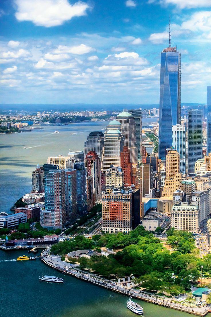 En primer plano, Battery Park, y detrás, la zona suroeste de Manhattan al borde el rio Hudson