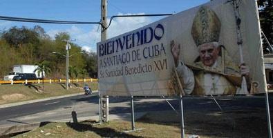 Banderas, pancartas y carteles de bienvenida abundan en calles, instalaciones públicas, templos católicos, vehículos, negocios y casas para dar un recibimiento afectuoso al papa Benedicto XVI.