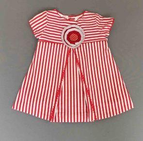 Larrana. Vestido de rayas rojas con puntillas y flor bordada